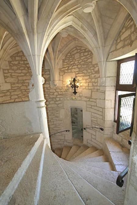 Escalier à vis et éléments porteurs caractéristiques du style gothique.