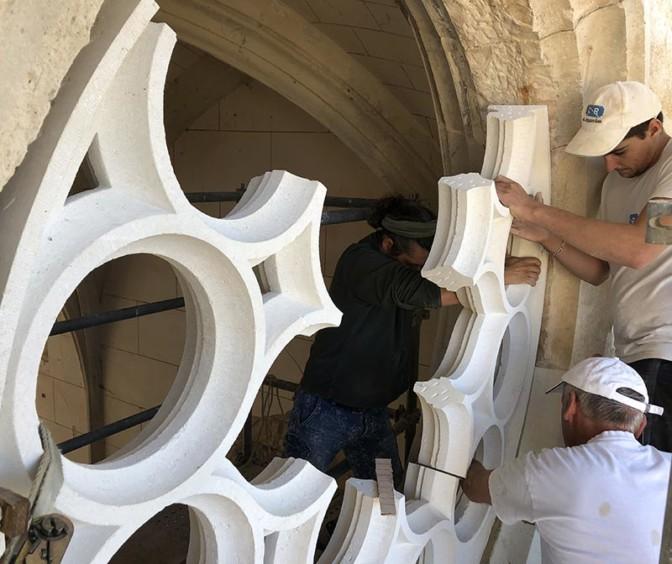 Pose de la nouvelle rosace de la chapelle du Château des Milandes