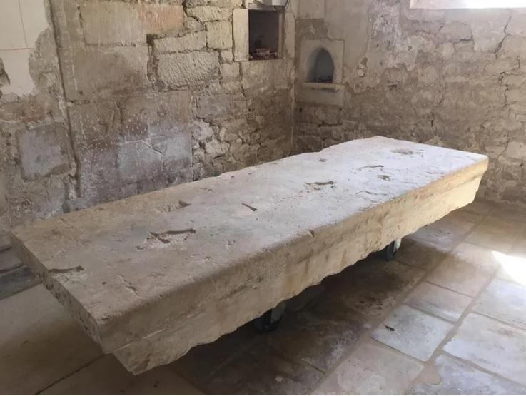Une pierre exceptionnelle découverte dans la chapelle