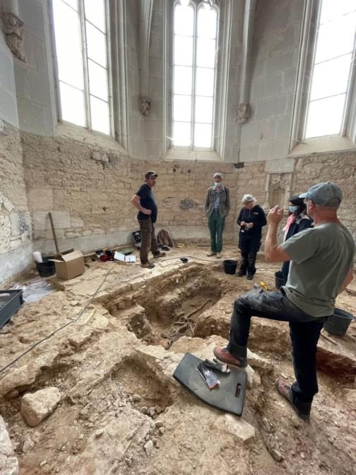 L'équipe archéologique devant leur fascinante découverte !